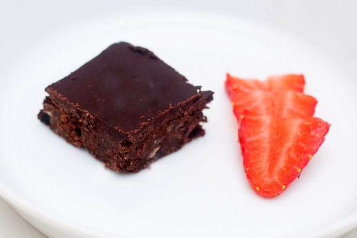 Med en overraskende hemmelig ingrediens. I denne kaken bruker vi svarte bønner som en av hovedingrediensene. Sammen med mye sjokolade gir det oss en veldig rik og fin smak, og kaken blir veldig, veldig godt. Ingredienser til 12 cake pops: 1,5 desiliter sorte bønnerVann til utvanning og koking2 spiseskjeer linfrø5 spiseskjeer vann2 spiseskjeer rapsolje2 spiseskjeer …