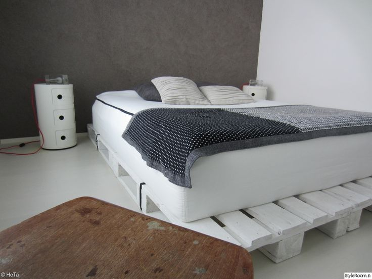 """Kuormalava sopii hyvin moderniin sisustukseen, kuten tästä """"HeTa"""":n kuvasta huomaa. #styleroom #inspiroivakoti #DIY #kuormalava #makuuhuone"""