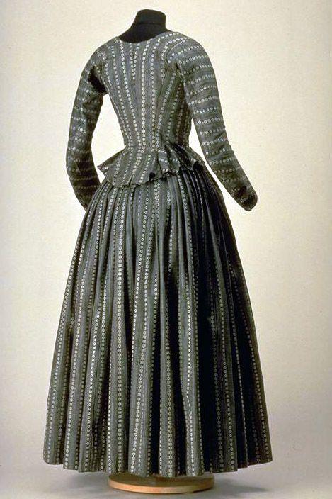 Kleid (Damen). Schwarz und weiss gemustert, bestehend aus Umlauf und Ärmeljacke; Halbtrauer. 1790 - 1800. (LM-7598.1-2)  Bildbestellung