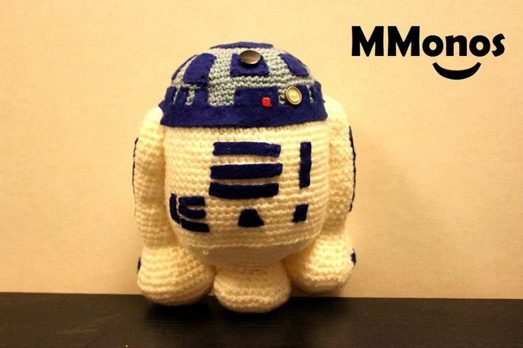 R2-D2.  Muñeco amigurumi hecho a mano de app 25 cm.  Cartagena, Chile.