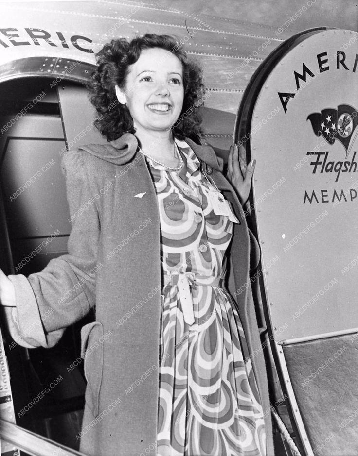 photo candid British film star Jessie Matthews exiting American Airlines 670-34