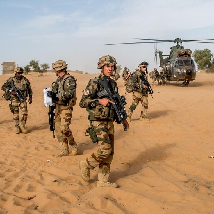 Les soldats sont déposés aux abords du village de Hassi Dine, au beau milieu du désert.