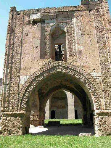 Torumtay türbesi/Amasya/// Gök Medrese'nin hemen karşısında bulunan türbe 1278 yılında Amasya Valisi Seyfeddin Torumtay tarafından yaptırılmıştır. Türbede Seyfeddin Torumtay'ın yanı sıra çocukları ve torunlarının da mezarları bulunur.