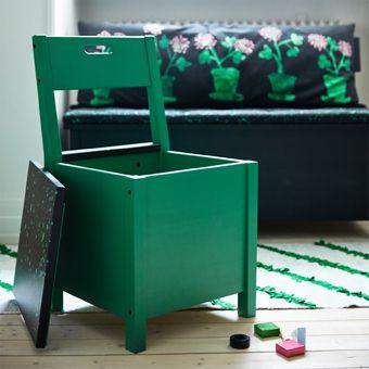 Groene stoel met opbergruimte onder de zitting