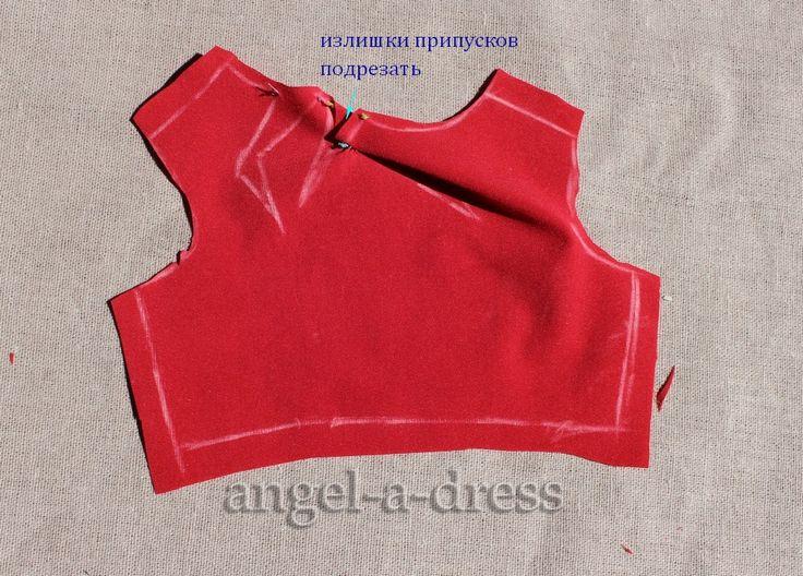 как собрать сложные драпировки у горловины в красном платье Карен Миллен