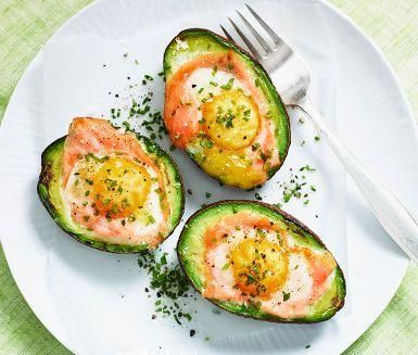 Överraska med en varm ugnsbakad avokado. I avokadohalvan vilar en solig äggula på en rosa skiva rökt lax. En snygg äggrätt som pryder påskbuffén eller som spännande förrätt som lätt blir en snackis kring bordet.