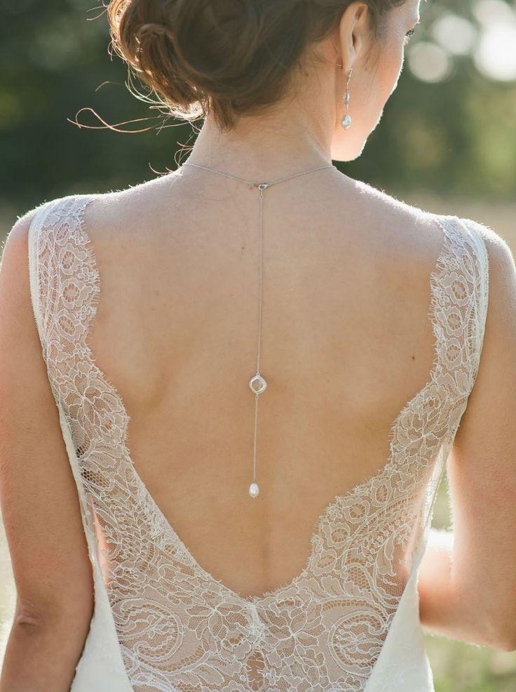 """Un petit détail original parfaitement assorti aux colliers de mariée de type """"fermé""""."""