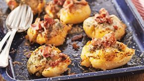 Så mycket gott man kan göra av potatis! Bacon och vitlökssmör lyfter dessa ugnsbakade och krossade godbitar till nya höjder!