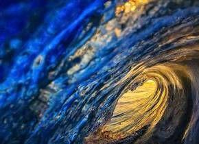 ll sole tramonta tra le creste delle onde spettacolo nell'oceano Atlantico