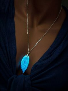 Glowing Necklace Silver Real Leaf Pendant door UptownGirlFashion