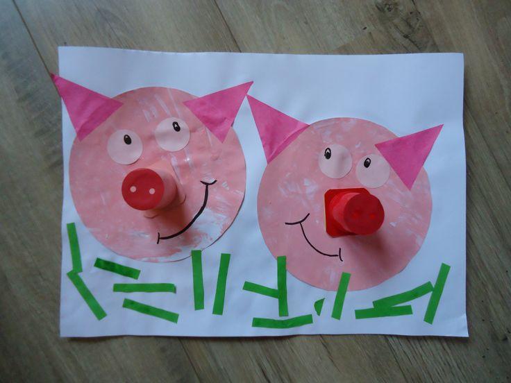 (Feest)varkens! Het hoofd is een grote cirkel, de neus is een danoontje verpakking, kleine ronde ogen, driehoeken als oren en strookjes als gras. Leuk bijbijv. het thema boerderij.