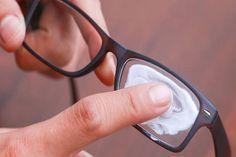 Karcos a szemüveged? Nem kell újat venned! Ezzel a trükkel minden karc eltűnik!