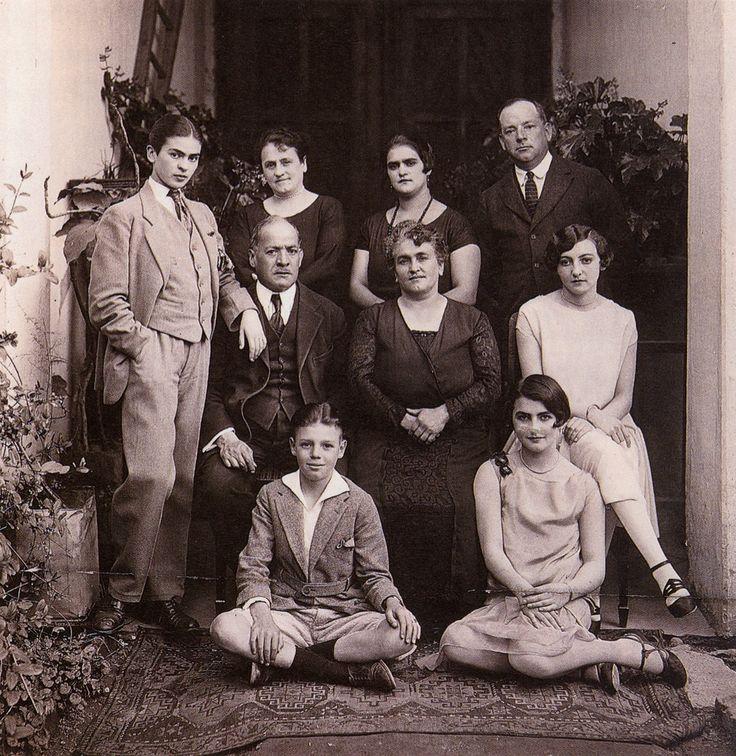 Фрида Кало и мода. Семья Фриды Кало. Художница - крайняя слева, в мужском костюме.