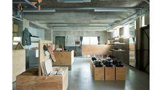 """""""ジェンダーを超えて自由にデザインする""""というコンセプトをもとに、革製の靴や小物を製作しているブランド、〈エンダースキーマ(Hender Scheme)〉。7月22日(金)より、ブランド初の旗艦店である「スキマ」をオープンしました。車の部品工場として50年間使われていた空間を、まるっとお店に変えてしまう大胆なリメイク。  商品が並べられる什器には木と金属が組み合わされており、有機的なものと無機質なものが共在する作りになっています。  配管や電気配線、古いドアなどとの調和が面白い作りになりました。〈エンダースキーマ〉が考えてきた、""""黒か白かではなく、その両色を混ぜて出来上がる灰色のような、モノやコトの狭間や隙間にあるボヤけた世界を表現したい""""という思いにピッタリ合った出来に仕上がっています。  お店には、これまでブランドが作ってきた製品のフルラインナップを用意しています。こちらは定番のオマージュコレクション「mip」シリーズ。  さらに、ブックカバーやカードケース、ペンケースなどの小物類も並びます。 (左から)スキマ限定Guernica、スキマ限定Mutation…"""