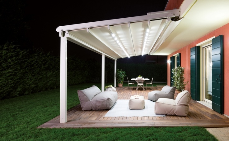 Pergole Unica 130, pergole retractabile Gibus pentru terase, optional incorporeaza in profile sisteme de iluminat led-light. Imagine pergola terasa nocturna.