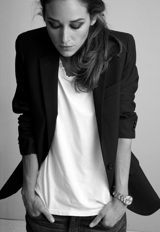 Blazer noir + tee-shirt blanc à l'encolure distendue + montre d'homme = le bon mix