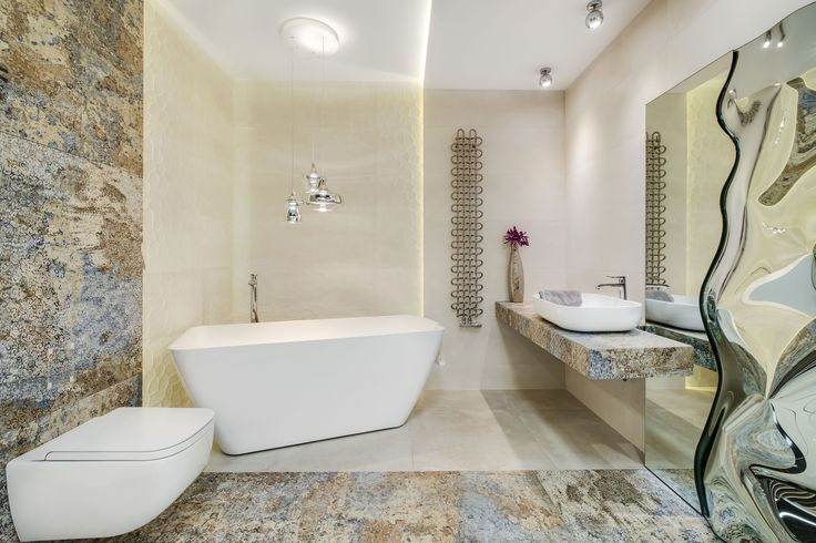 Ekspozycja Max-Fliz łazienka, łazienka jasna, wanna wolnostojąca, płytki kolorowe, płytki kremowe z wzorem, płytki łazienkowe jasne, umywalka nablatowa, grzejnik naścienny, styl klasyczny, komfortowe, lustro. Łazienka Najwyższej jakości Płytki łazienkowe i kuchenne