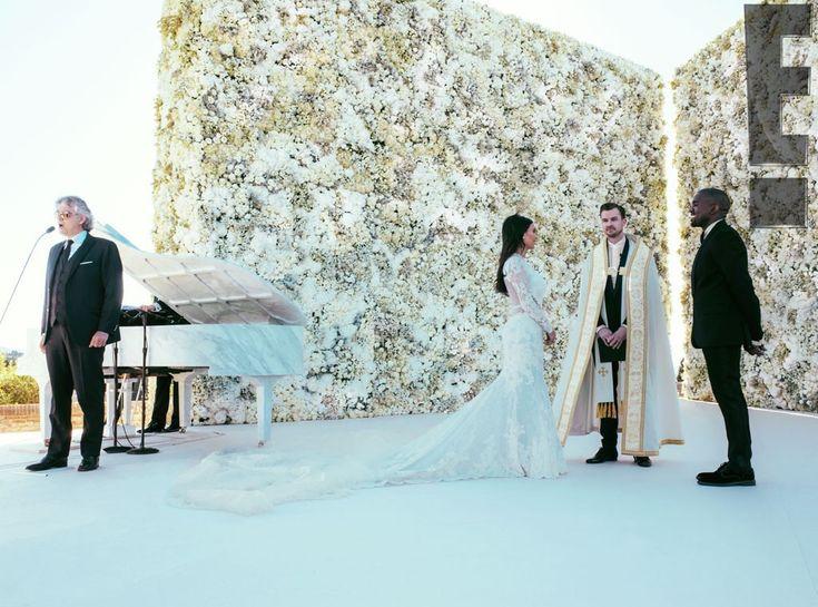 Nova foto do casamento de Kim Kardashian mostra serenata de Andrea Bocelli O tenor italiano cantou várias músicas, como a clássica 'Con Te Partirò' e também 'Ave Maria' (Foto: Reprodução / E! Online)