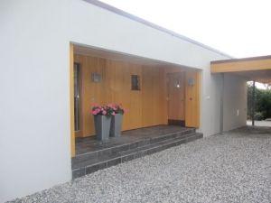Fasaden er allerede pusset med STO Lotusan, fliset puss, gjennomfarget.   Ønsker mørkere gråfarge på huset.