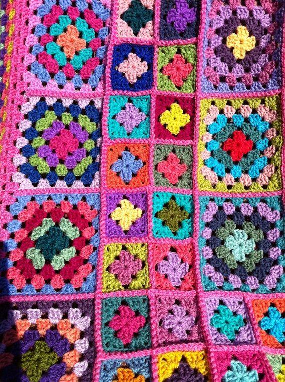 Deze Afghaanse bestaat uit verschillende grootte oma vierkanten trad samen met een verhoogde steek. De vierkantjes zijn vervolgens omzoomd met verschillende kleuren. Koopt u een one-of-a-kind (OOAK) deken.  Haakwerk door mij met behulp van 100% Acryl wollen gewicht garen, afghan maatregelen ca. 56 in. x 56 in. (142 x 142 cm). Afghaanse bevat meer dan 40 kleuren en niet een vierkant is hetzelfde. De verbindende garen en rand kleur is roze medium.  Deze Afghaanse is made-to-order. Zie mijn…
