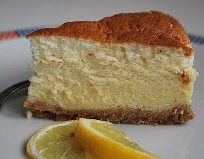 Il cheesecake al forno, un classico della cucina internazionale, riproposto anche nella versione per intolleranti al lattosio
