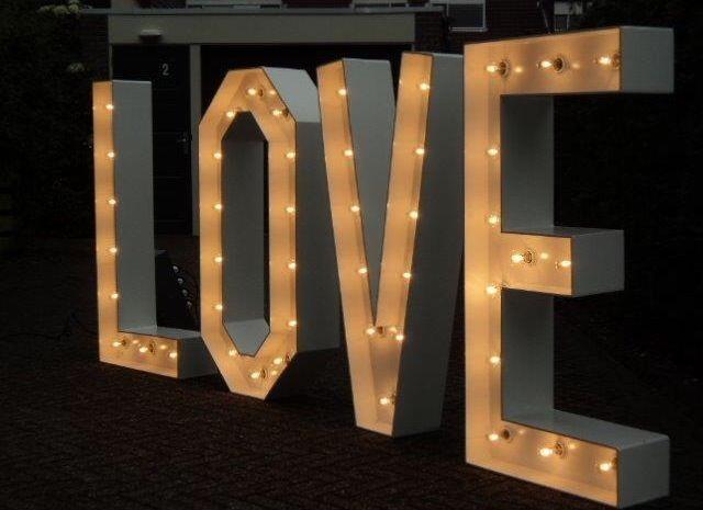 Love letters van 1.25 cm hoog. Nu te huur bij bruiloftideeen.