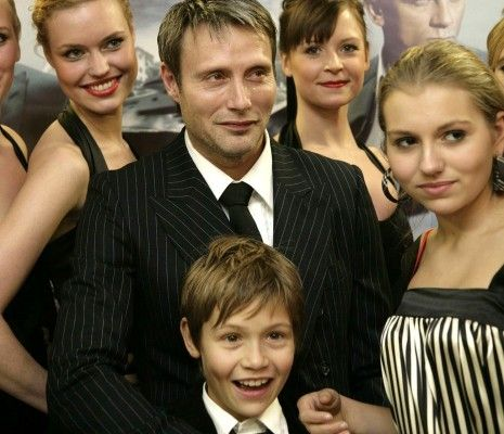 Mads with his son and daughter in front of him. http://i2 ...