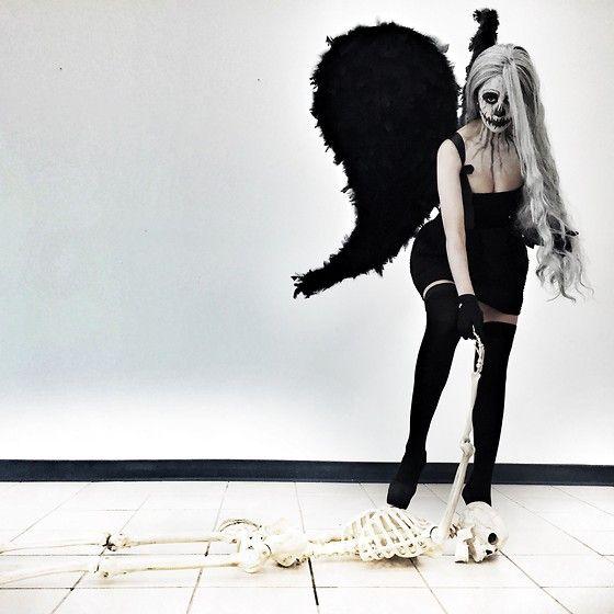 More looks by Isis Romart: http://lb.nu/isisromart  Disfraz para halloween, El ángel Negro!  Alas Negras Vestido Strapple negro Medias largas negras Maquillaje artístico en cuello y torso tacones negros Peluca gris