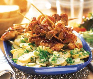 Sweet chilistekta kycklingspett med suverän potatissallad passar lika bra på picknicken som på middagsbordet. Potatissalladen är oerhört smaskig med färska lökar och gräslök och den karamelliserade kycklingen smälter i munnen.