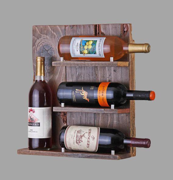 Régénéré bois rustique 4-Bottle Wine Rack  Parfaitement vieilli et plein de caractère, juste comme une bonne bouteille de vin, cet magnifique casier à vin rustique est la main de séquoia régénéré surannée et cèdre. Que vous préférez, blanc, rouge, fruité ou chêne parfumé, ce design unique vous permet délicieusement afficher vos bouteilles préférées dans le style charmant. Ce casier à vin en bois détient 4 bouteilles et a un fini naturellement en détresse.  Tout comme tous les meubles de…
