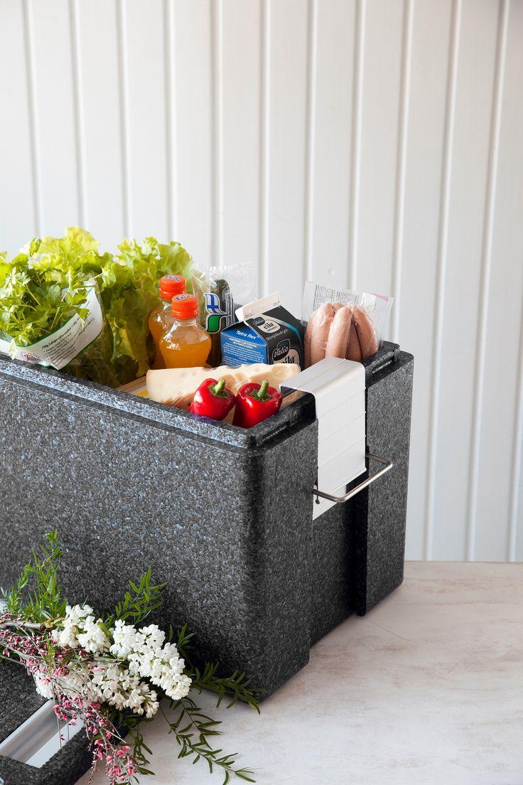 Kauppaostokset kulkevat kätevästi kotiin Eskimo säilytyslaatikossa. Laatikko sopii hyvin auton takakonttiin. Näin tuoreet elintarvikkeet pysyvät kylminä kesähelteillä ja yrtit kiittävät talvipakkasella.
