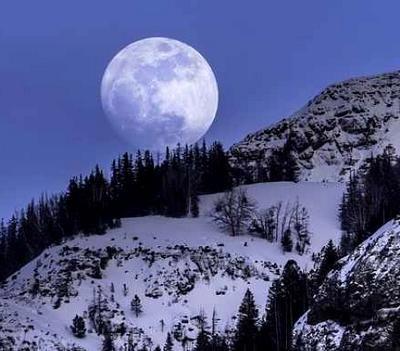 Pour ceux qui n'étaient pas encore nés, sachez que les anciens ont aperçu l'ultime pleine lune de noël de siècle dernier en 1977. Depuis, et ce jusque cette année 2015, aucune lune pleine ne correspondait à la date de noël. Quant à la prochaine, il faudra attendre 2034 pour l'apercevoir.