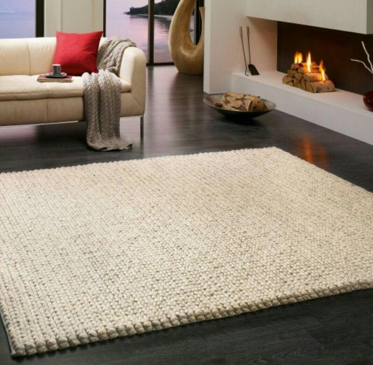grob geflochtener Teppich vor dem Sofa