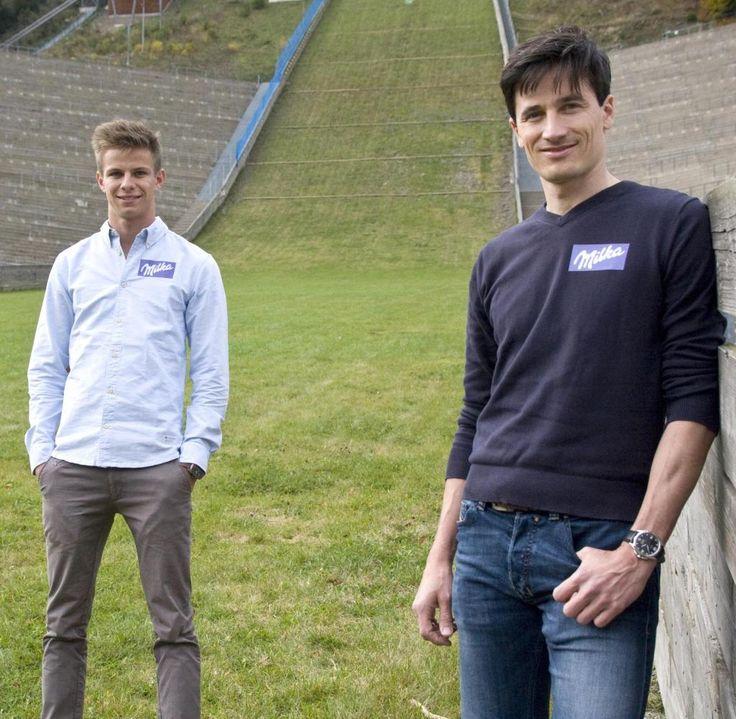 Am Ort des Abschiedes: Andreas Wellinger und Martin Schmitt am Fuße der Skisprungschanze in Willingen, wo Schmitt im Februar 2014 zum letzten Mal von den Fans bejubelt wurde