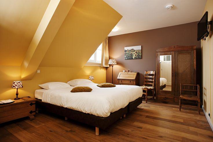 Één van onze prachtige hotelkamers met als bloementhema de Zonnebloem