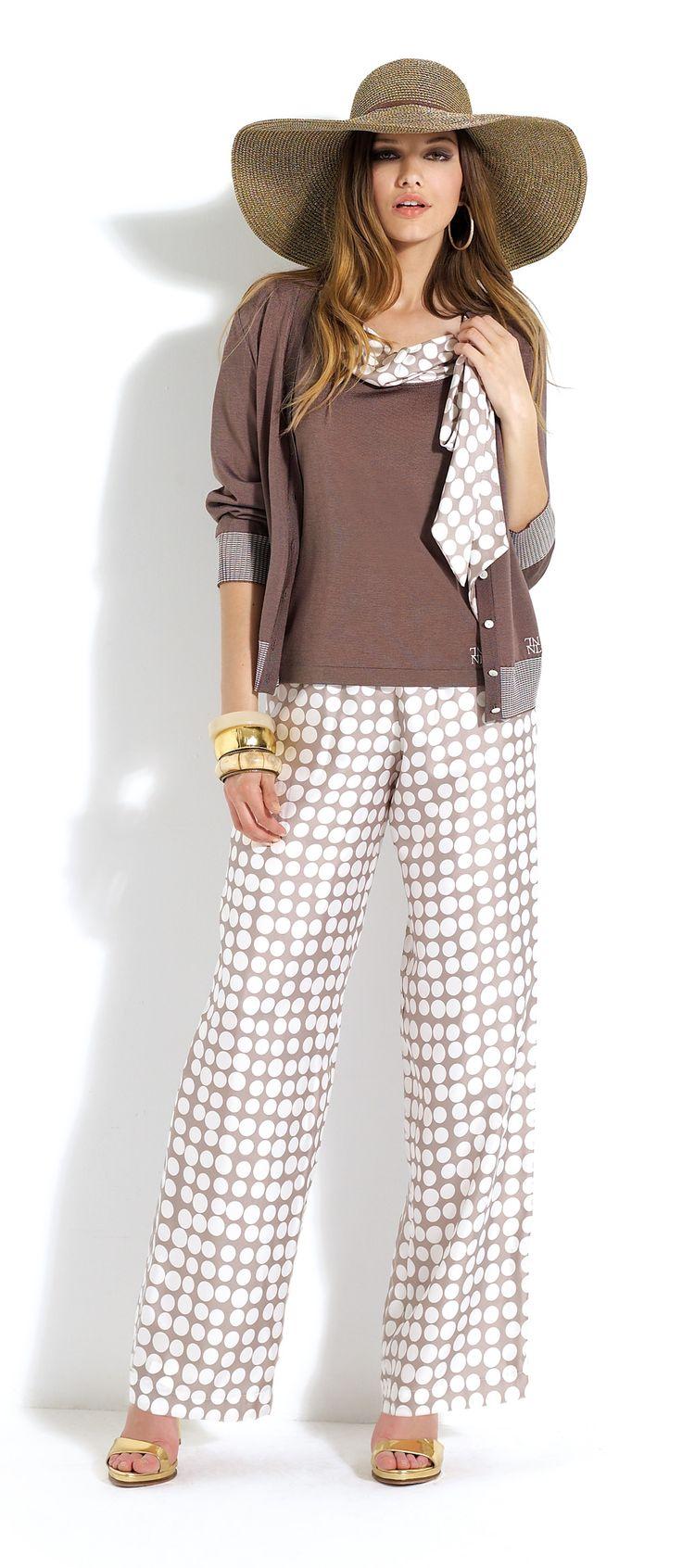 Pantalón de topos con jersey marrón y detalles similares al del pantalón #trousers #spots #white #brown
