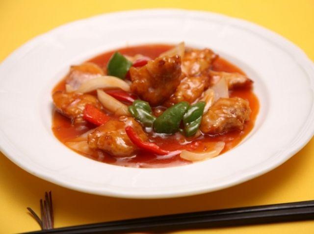 酢豚 - 田村 亮介シェフのレシピ。肉の旨味を引き出せるように、肉にはしっかりと下味をつけます。また肉を揚げるときは余熱を使いながら加熱すると、ジューシーに仕上がります。