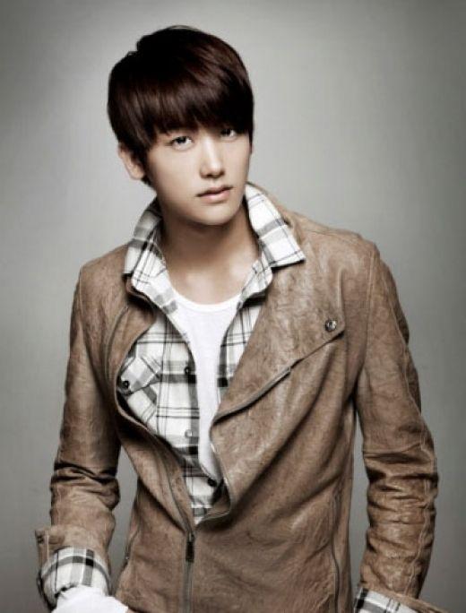 Park Hyung Sik (hangul: 박형식)? (Yongin, Gyeonggi, Corea del Sur, 16 de noviembre de 1991), más conocido como Hyungsik, es un cantante y actor surcoreano. Desde el año 2010, es miembro de la banda masculina ZE:A y de su sub unidad ZE:A Five.