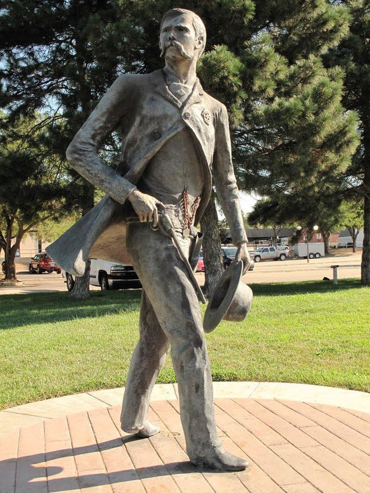 Wyatt Earp Dodge City Kansa   Dodge City's Wyatt Earp statue