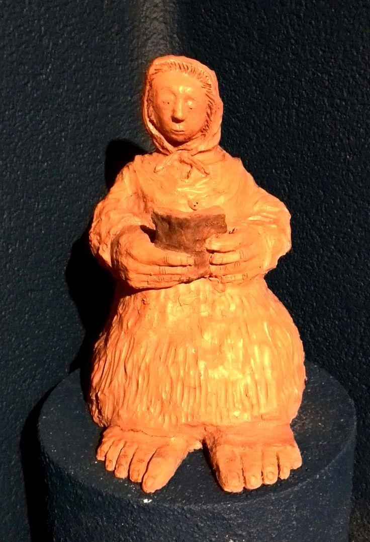 Donna che legge un libro cm 40 x 40 x 26 Terracotta