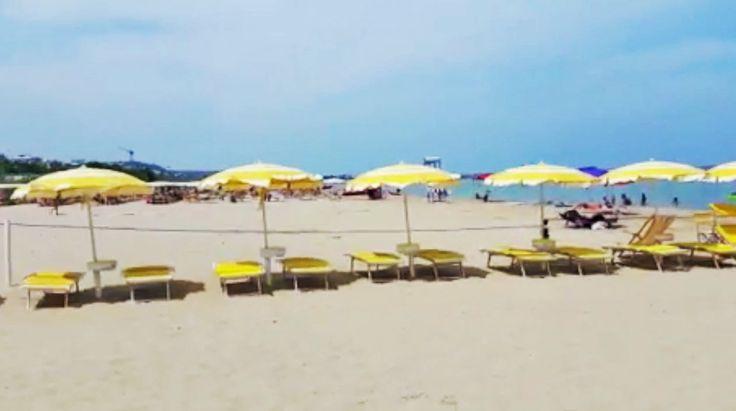 Con questo caldo si sta bene solo in spiaggia! Proprio di fronte all'hotel una lunga spiaggia di sabbia fine dove i bimbi possono giocare in tranquillità e i genitori rilassarsi > Guarda il video! https://www.facebook.com/103495903073273/videos/vb.103495903073273/873635209392668/?type=3&theater