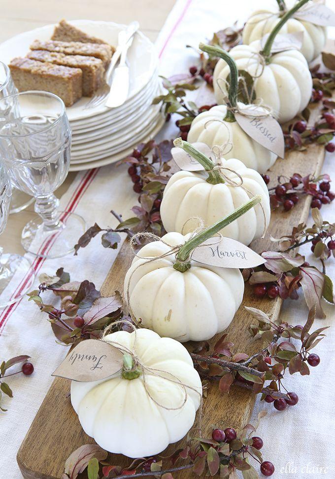Herbstdekoration mit weissen Kürbissen