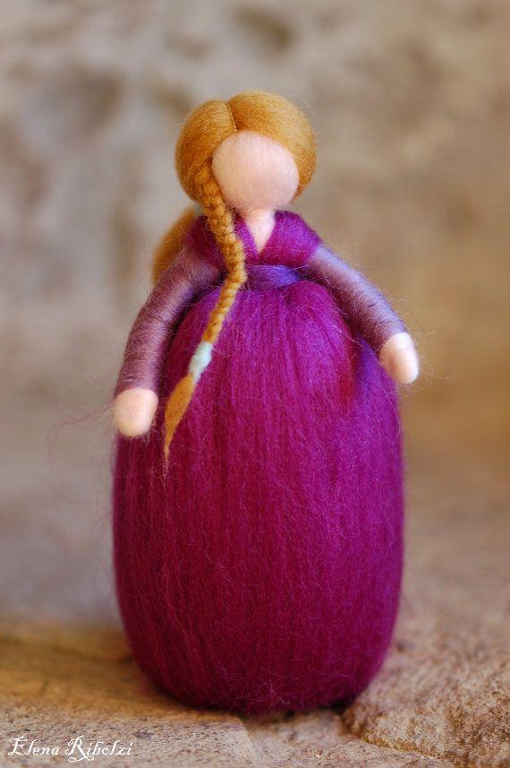 La romantica Fee ha preso in prestito allAmetista i riflessi viola per il suo abito che indossa felice e con dolce eleganza.    Dolce