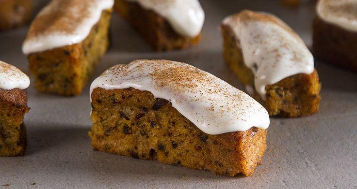 Κεκάκια καρότου χωρίς γλουτένη από τον Άκη Πετρετζίκη. Αν λατρεύετε τα cakes αλλά αποφεύγετε την γλουτένη αυτά τα mini κέικ καρότου είναι ιδανικά για εσάς.