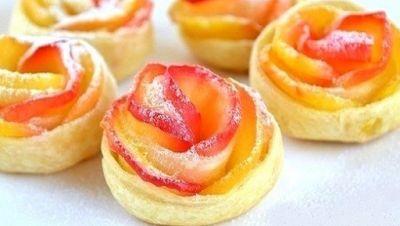 Очень популярный рецепт слоек с яблоками: необычная форма и нежные печеные ломтики яблок в хрустящем тесте.