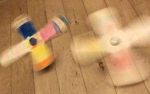 子供と手作りおもちゃで遊ぼう♪簡単!【牛乳パックとペットボトルキャップで作るコマの作り方】お正月や冬休みの工作アイデアに♪幼稚園児から小学生向け。