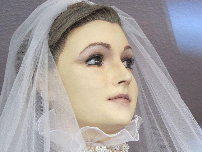 La Pascualita, la sposa cadavere imbalsamata utilizzata come manichino nel negozio La Popular di Chihuahua in Messico. #pascualita #sposa #cadavere