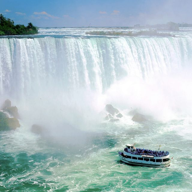 Mist Boat Ride at Niagra Falls: Staring at this wall of water will humble your soul. Enter this into your Bucket List!