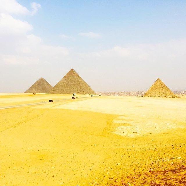 """""""As três grandes Pirâmides de Gizé, no Egito, são um símbolo massivo do poder dos faraós da Quarta Dinastia. Imagine que, quando Cleópatra se engraçou com Julio César, estes gigantescos monumentos funerários já tinham 2500 anos. Mais: os cerca de 150 metros da pirâmide de Quéops lhe garantiram o título de estrutura artificial mais alta do mundo por mais de 38 séculos! Foto: @blogpapodeturista💛🐫 #amazing #instatravel #travel #travelgram #turismo #ViagemeTurismo #egypt #egito"""" by…"""