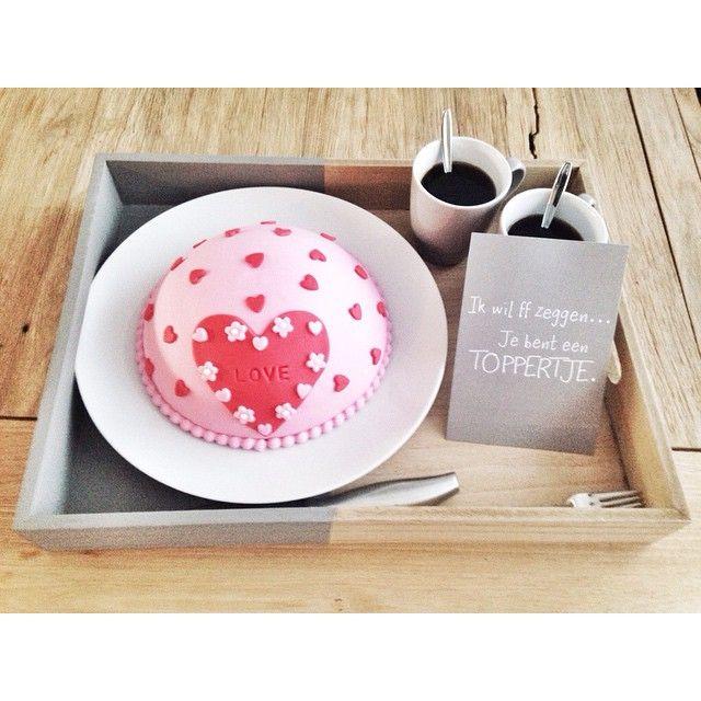 Ontbijtje op bed voor m'n mannetje! Happy Valentine! ♡  Mooie taart gemaakt door m'n mem! #valentijn #taart #ontbijt